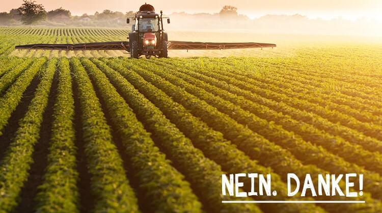Ein Bauer sprüht Pestizide auf den Feldern