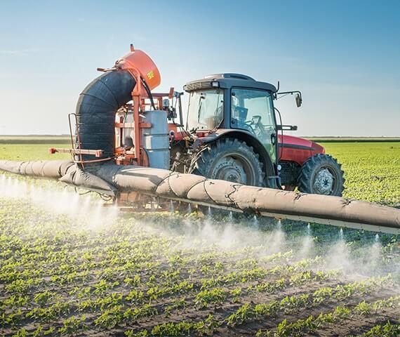 Pestizide werden mit einem Traktor versprüht