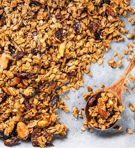 Granola mit Haferflocken, Mandeln, Kokoschips und Datteln