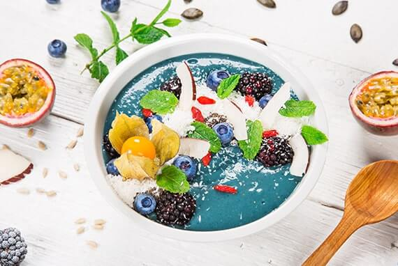 Eye Catcher Smoothie Bowl mit Kokoschips und Goji Beeren