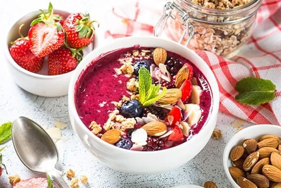 Smoothie Bowl aus Früchten und Nüssen