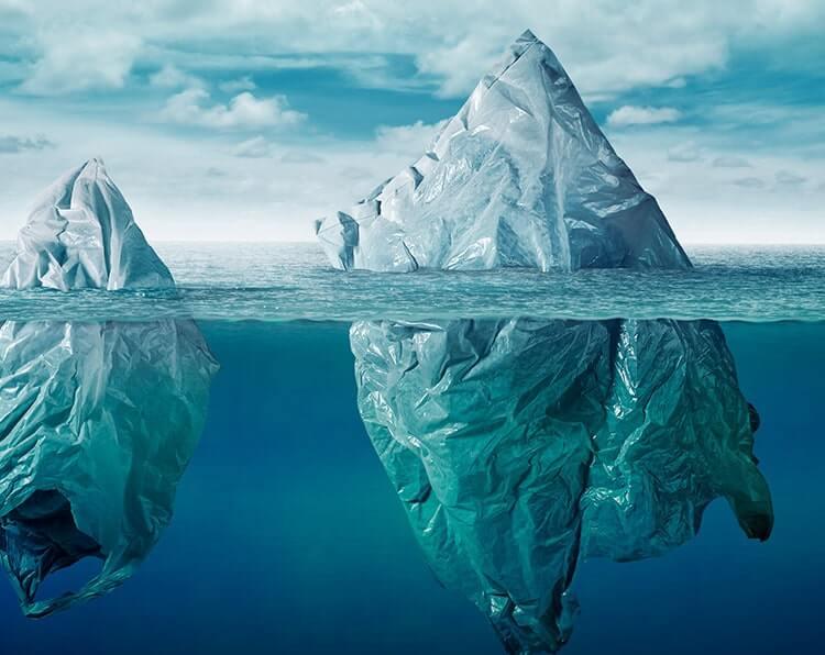 Plastiktüten schwimmen im Meer