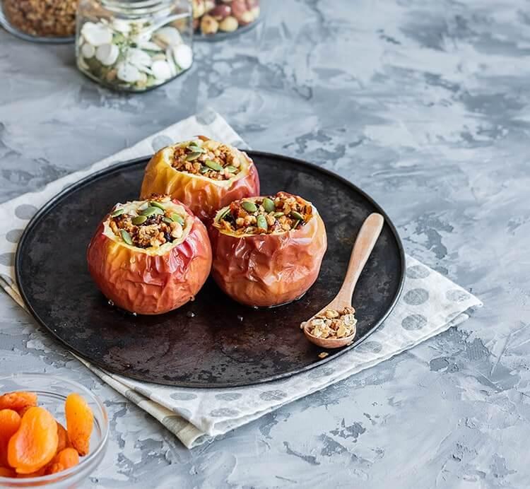 Gebackener Apfel mit Nüssen und Gemüse