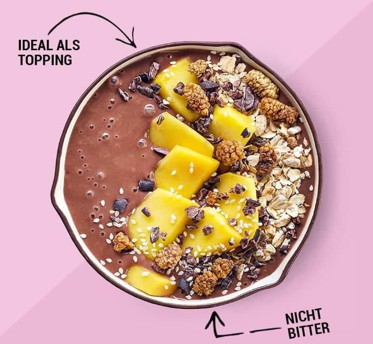 Smoothie Bowl mit Kakaonibs und Früchten