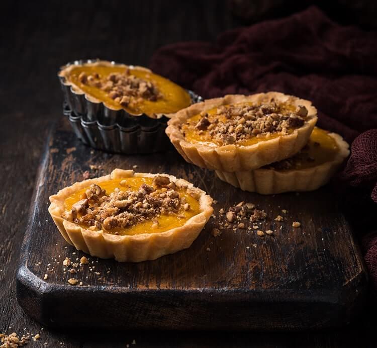 Mini-Kuchen mit Nüssen und gehackten Pfirsichen